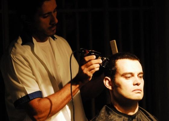 Carmo Dalla Vecchia passou máquina 3 no cabelo por conta de Alcino em
