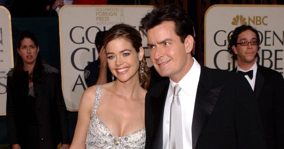 Os atores Denise Richards e Charlie Sheen, quando ainda eram casados, no 62º Globo de Ouro em Los Angeles (16/1/2005)