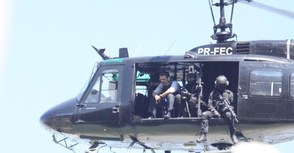 O ator Wagner Moura sobrevoa a comunidade Dona Marta, no Rio de Janeiro, durante a filmagem de