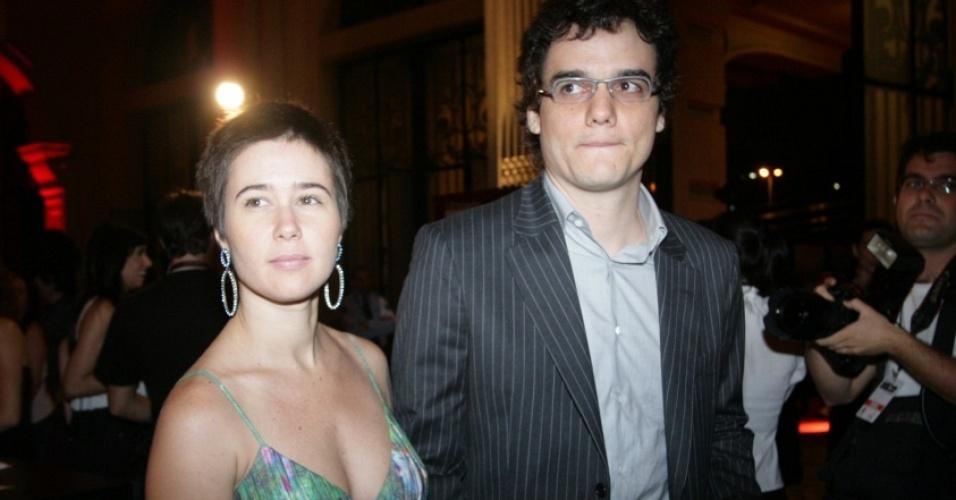 Wagner Moura e Sandra Delgado em cerimônia do Prêmio Bravo, em São Paulo (27/10/2008)