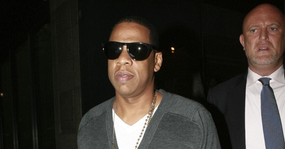 O produtor e rapper Jay-Z saindo de um restaurante em Hollywood (9/8/2009)