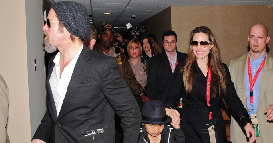 Brad Pitt e Angelina Jolie fazem primeira aparição pública após os rumores sobre uma suposta separação. De mãos dadas com o filho Maddox, o casal saiu sorrindo do estádio Sun Life após o Super Bowl XLIV, em Miami, na Flórida (7/2/10)