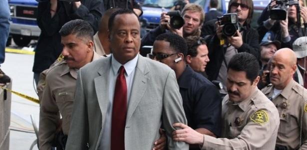 O médico que cuidou de Michael Jackson em seus últimos dias, Conrad Murray, chega ao tribunal em Los Angeles cercado de policiais e de paparazzi. O médico foi indiciado por homicidio culposo (8/2/10)