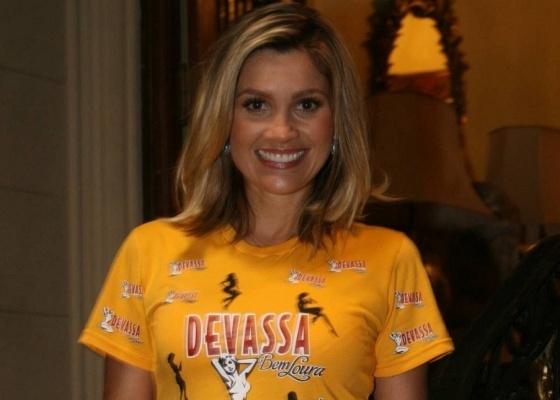 Flávia Alessandra apresenta a camisa do camarote de uma cervejaria (10/2/10)