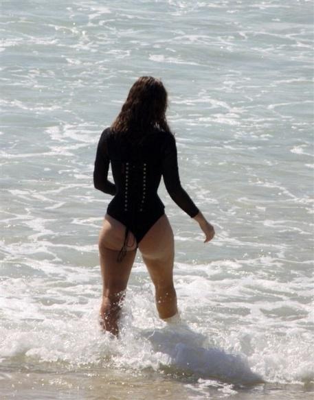 A atriz Paola Oliveira durante ensaio fotográfico na praia do Arpoador (2/2/2010)