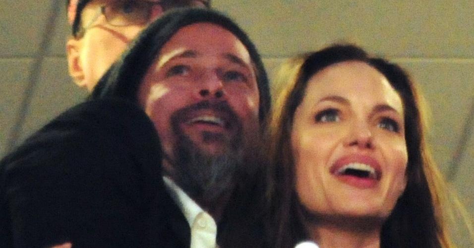 Brad Pitt e Angelina Jolie assistem abraçados ao Super Bowl 2010 em Miami, na Flórida (7/2/2010)