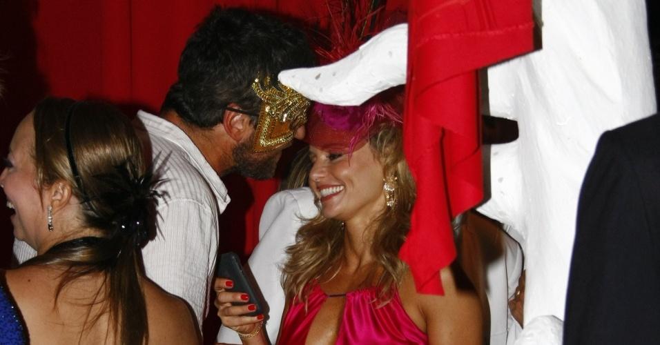 Gerard Butler conversa com Rita Guedes durante o baile de Carnaval do Copacabana Palace, neste sáabdo (13/02/2010)