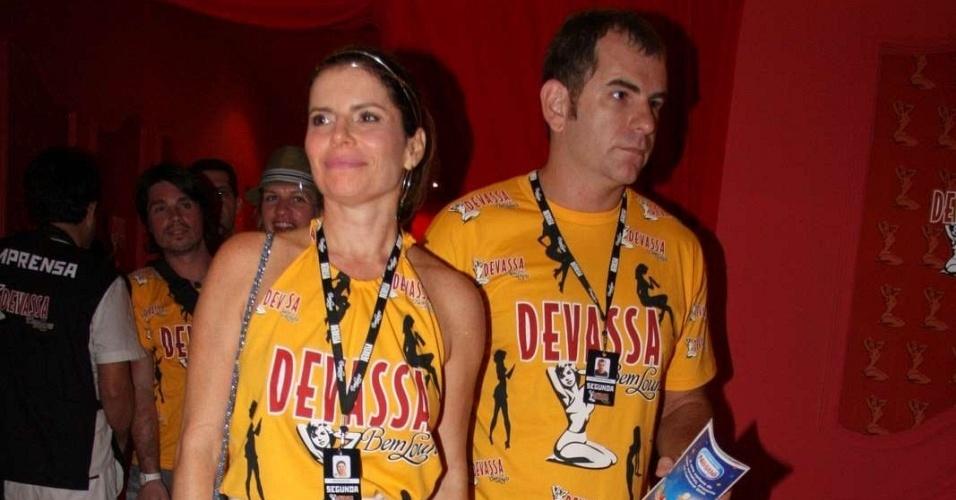Deborah Bloch aparece com o namorado, Plínio Profeta, em camarote do Rio (15/2/10)