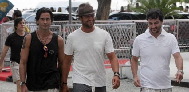 Gerard Butler (centro) passeia por Copacabana com o diretor Raul Guttierrez (esq.) e o ator Marcelo Serrado (dir.) (13/2/2010)