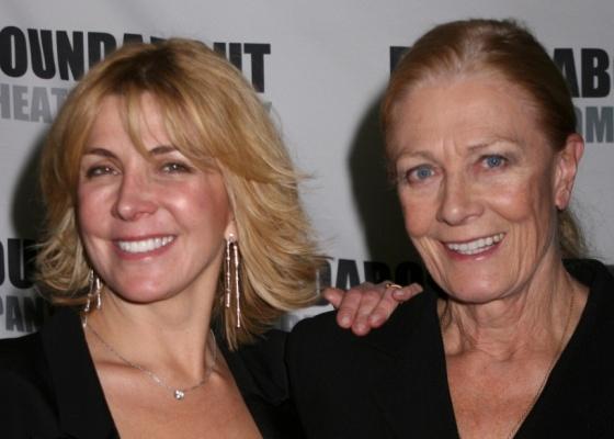 Vanessa Redgrave (dir.) e a filha Natasha Richardson em evento em NY (12/1/2009). Richardson morreu em 2009 em um acidente de esqui.