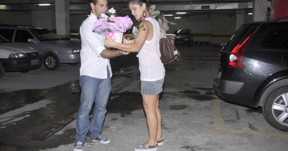 No dia de seu aniversário de 27 anos, Priscila Fantin recebe a ajuda do namorado Miguel de Moraes, na saída do teatro Leblon no Rio de Janeiro, onde está em cartaz com a peça