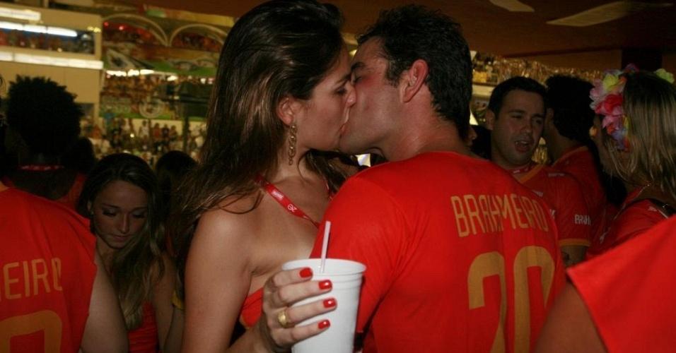 Ator Thierry Figueira assume a nova namorada, Andressa Garcia, no camarote da Marquês de Sapucaí, no Rio de Janeiro, durante o desfile das campeãs (21/2/10)