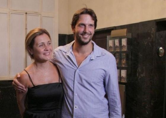 A atriz Adriana Esteves na estreia do marido Vladimir Brichta (24/2/10)