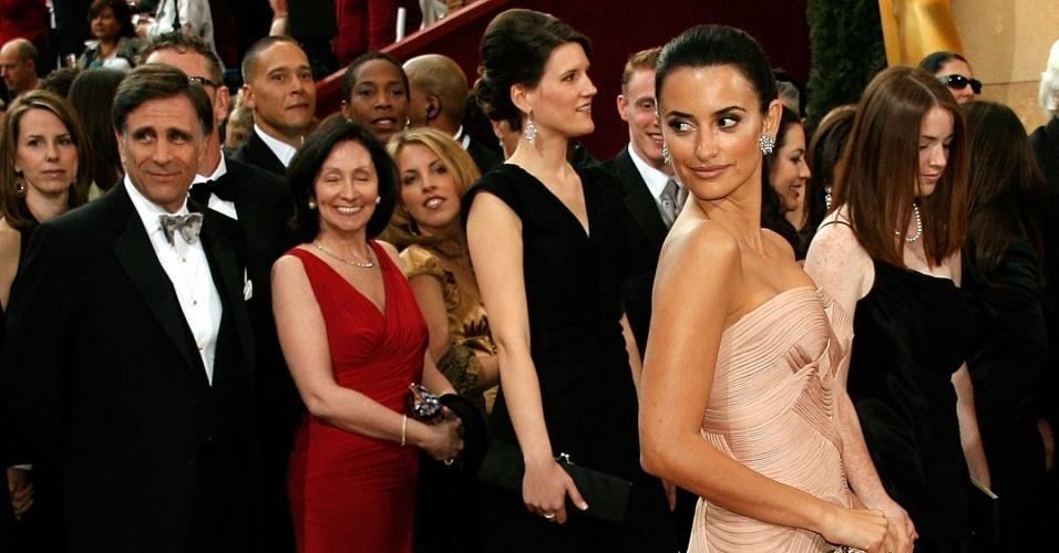 A atriz Penelope Cruz no tapete vermelho do Oscar 2007 em Los Angeles (25/2/07)