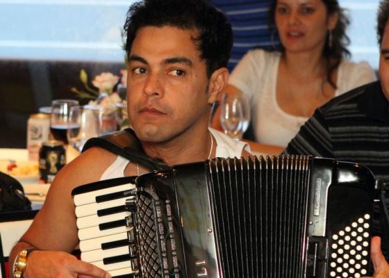 Zezé di Camargo toca acordeon no cruzeiro