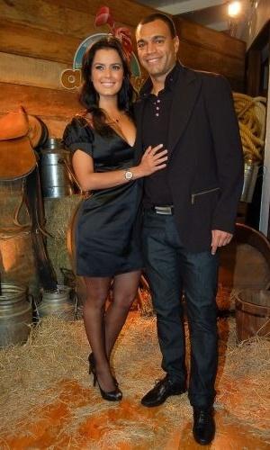 A atriz Luciele Di Camargo vai à festa de comemoração de