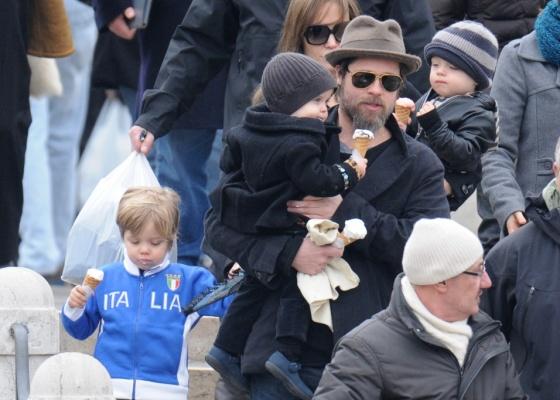 Angelina Jolie e Brad Pitt levam os filhos Shiloh (esq.), Vivienne (no colo de Pitt) e Knox (no colo de Jolie) para comprar sorvete em Veneza, na Itália (3/3/2010)