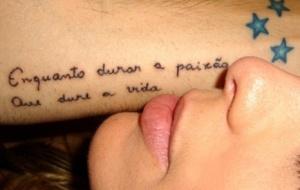 Fernando Scherer mostra a tatuagem que fez em homenagem à Sheila Mello, também na foto (26/2/2010)