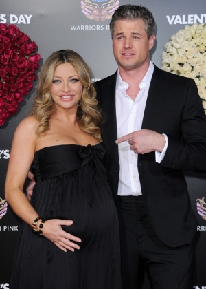 Rebecca Gayheart, grávida de oito meses, e o marido Eric Dane na première de