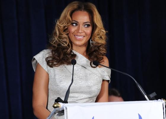 A cantora Beyoncé na inauguração do Beyoncé Cosmetology Center, dentro do centro social Phoenix House, no Brookyn, em Nova York (05/03/2010)