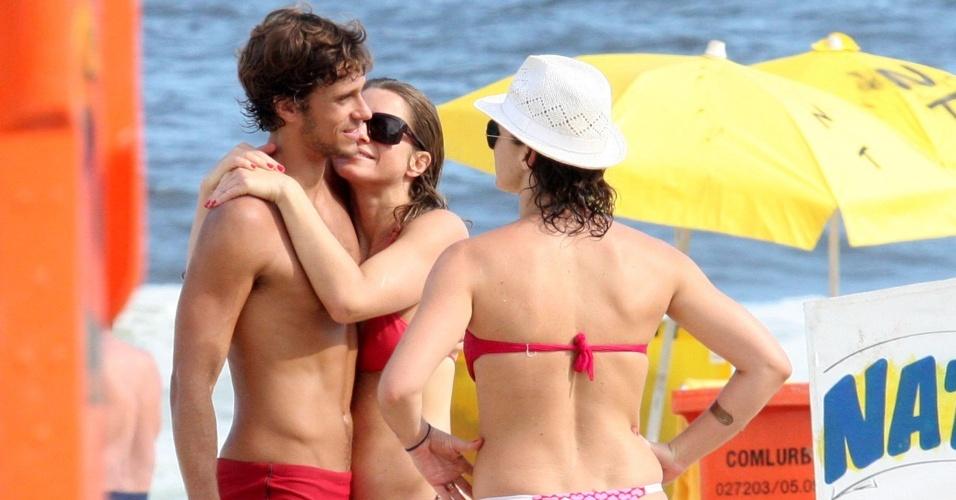 A atriz Letícia Spiller aproveita dia de sol para ir à praia de Ipanema com uma amiga e o novo namorado, o diretor de fotografia Lucas Lordeiro, com quem troca carinhos e muito sorrisos (7/3/2010)