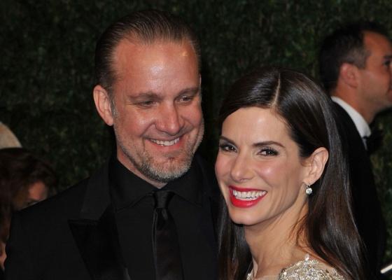 Sandra Bullock e o marido Jesse James na festa da revista