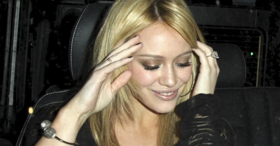 22.fev.2010 - Atriz Hillary Duff com seu anel de noivado de US$ 1 milhão, em Los Angeles, nos EUA