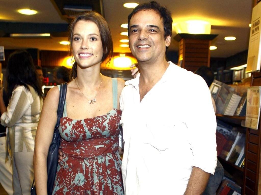 Os atores Juliana Didone e Ângelo Antônio assumem namoro em lançamento do livro