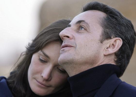 O presidente francês Nicolas Sarkozy e a cantora Carla Bruni durante visita às pirâmides de Giza no Cairo, quando ainda namoravam (30/12/2007)