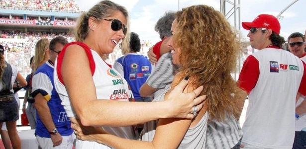 Apresentadora Adriane Galisteu e a cantora Daniela Mercury trocam cumprimentos e conversam durante a abertura da etapa 2010 da Fórmula Indy, em São Paulo (14/03/2010)