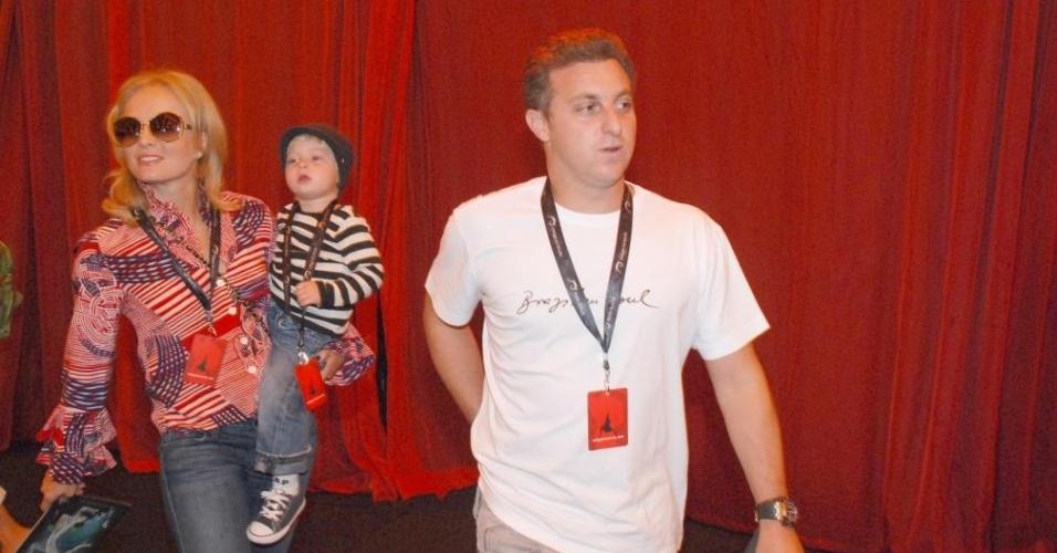 Angélica e Luciano Huck em visita ao Cirque de Soleil em São Paulo