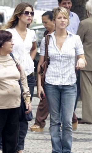 A atriz Giovanna Ewbank passeia com amiga no centro do Rio de Janeiro (16/3/2010)