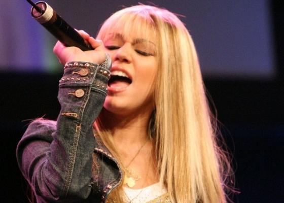 Miley Cyrus se apresenta como sua personagem Hannah Montana no evento Hollywood Radio & Television Society 'Kids Day 2006', em Hollywood (2/8/2006)