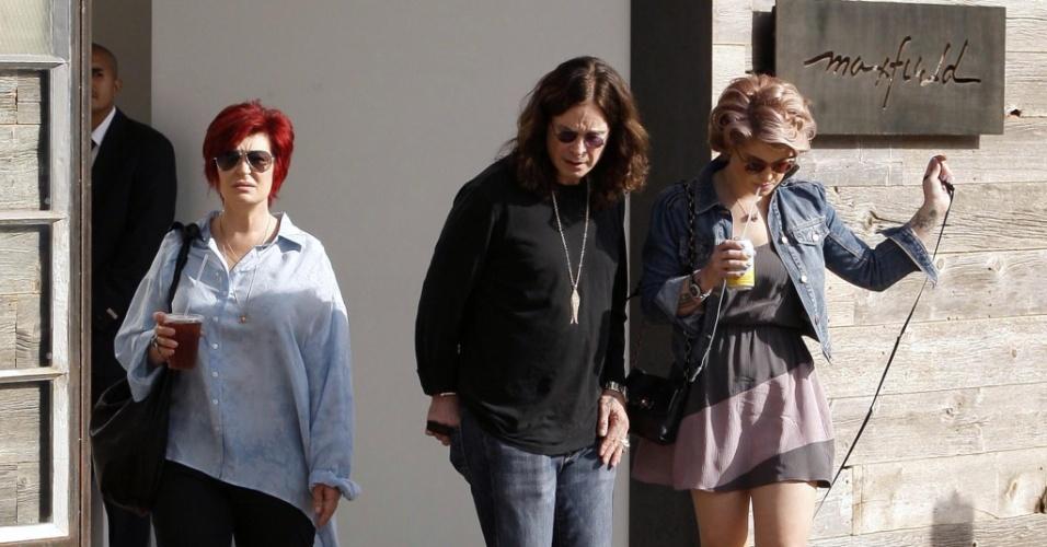 Visivelmente mais magra, Kelly Osbourne faz compras com os pais em Malibu (20/03/2010)