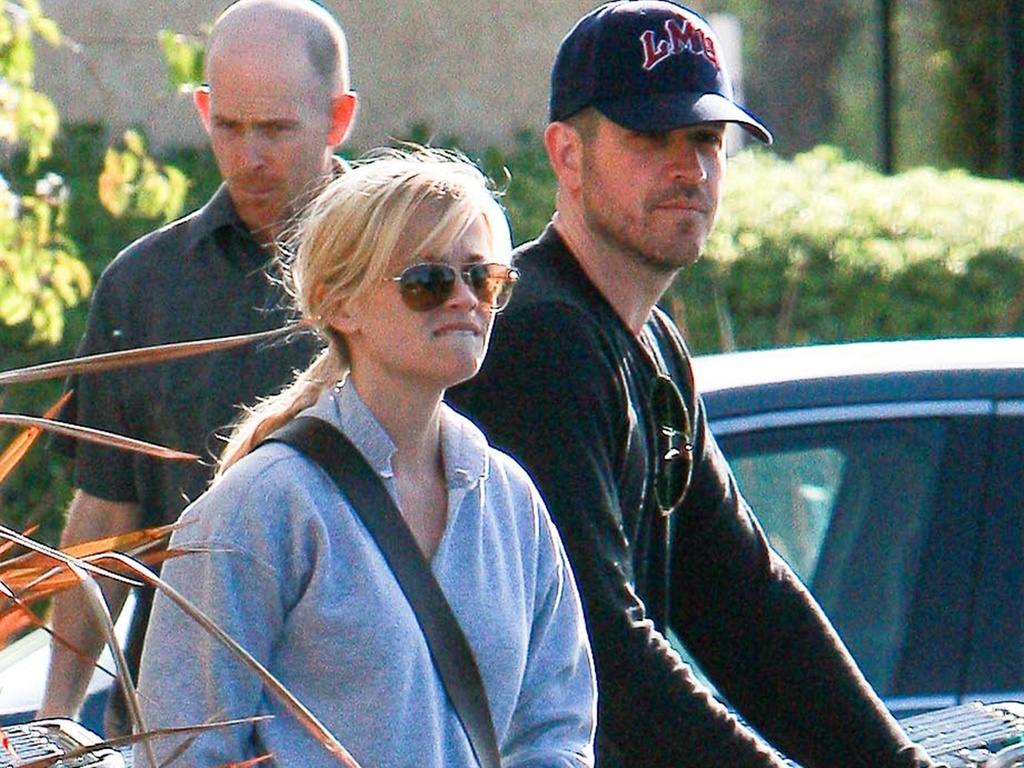 A atriz Reese Witherspoon deixa supermercado em Los Angeles com o namorado Jim Toth (24/3/2010)