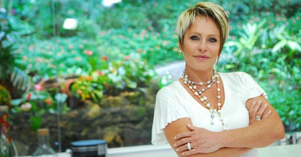 A apresentadora Ana Maria Braga no cenário do programa Mais Você (11/2009)