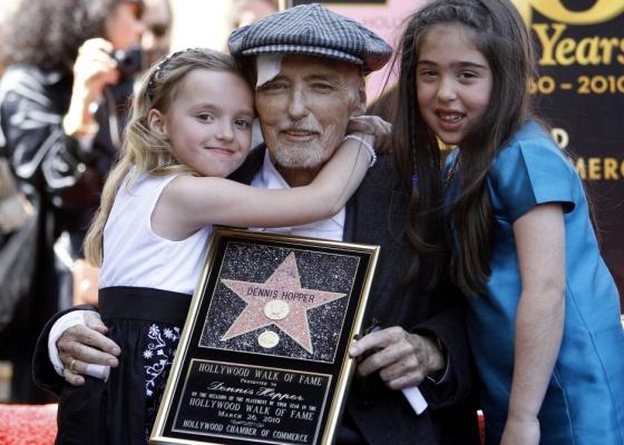 O ator Dennis Hopper é homenageado com a estrela da calçada da fama em Hollywood. Do lado esquerdo, sua filha Galen, e do lado direito, a neta Violet (26/3/2010)
