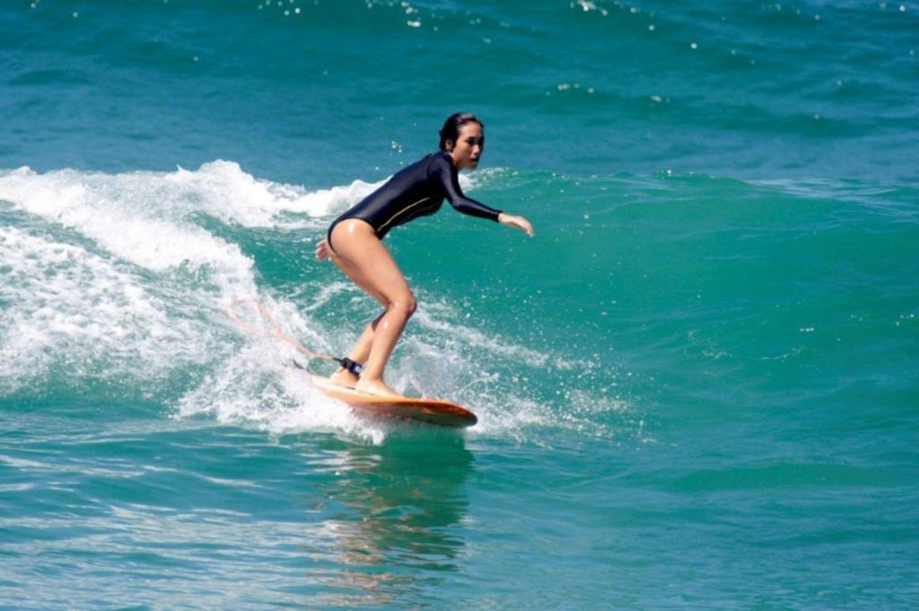 Daniele Suzuki surfa na praia do Recreio dos Bandeirantes no Rio de Janeiro (29/03/2010)