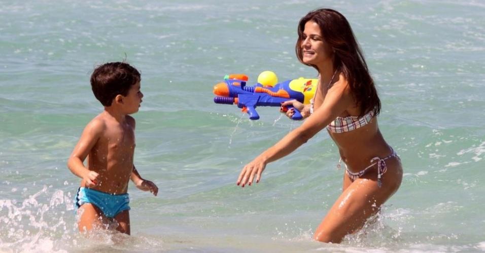 Nívea Stelmann e o filho Miguel na praia Barra da Tijuca no Rio de Janeiro (27/03/2010)