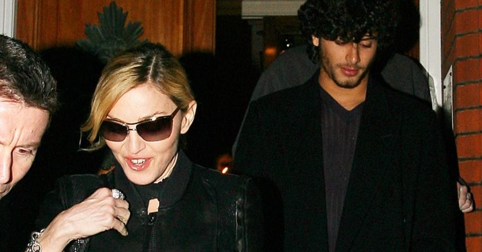 A cantora Madonna e o modelo Jesus Luz deixam festa em casa de amigos em Chelsea (31/3/2010)