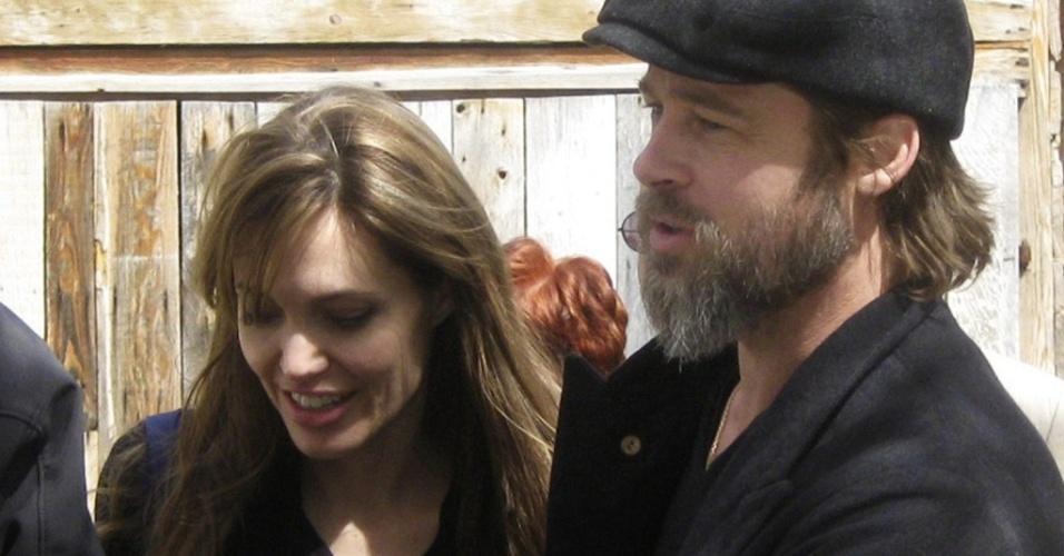 Angelina Jolie e Brad Pitt em Sarajevo antes da visita a um campo de refugiados em Medede, 102 km de Sarajevo (5/4/2010)