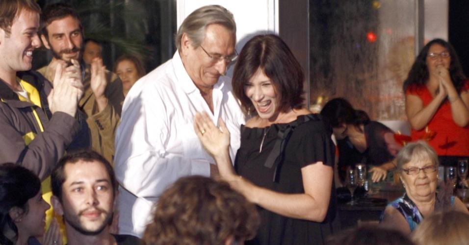 A atriz Beth Goulart, ao lado do pai Paulo Goulart, celebra o prêmio de melhor atriz no Prêmio Shell de Teatro no Complexo Victória 3, no Rio de Janeiro (5/4/2010)