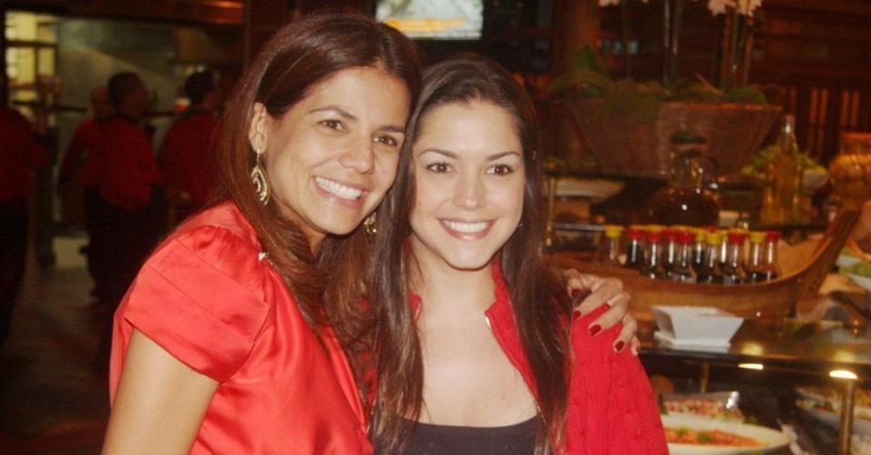 Nívea Stelmann comemora aniversário de 36 anos com a amiga Thaís Fersoza em restaurante no Rio de Janeiro (06/04/2010)