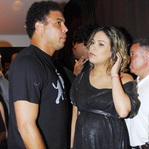 O jogador Ronaldo e a mulher Bia Anthony no show de Beyoncé em São Paulo (6/2/2010)