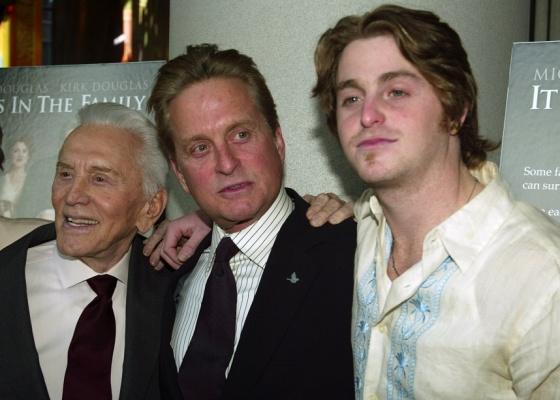 O clã Douglas reunido: Kirk Douglas, Michael Douglas e Cameron Douglas na première de