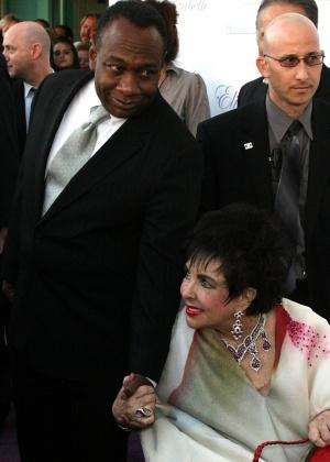 A atriz Elizabeth Taylor e o agente Jason Winters durante evento em Beverly Hills (10/11/2007)