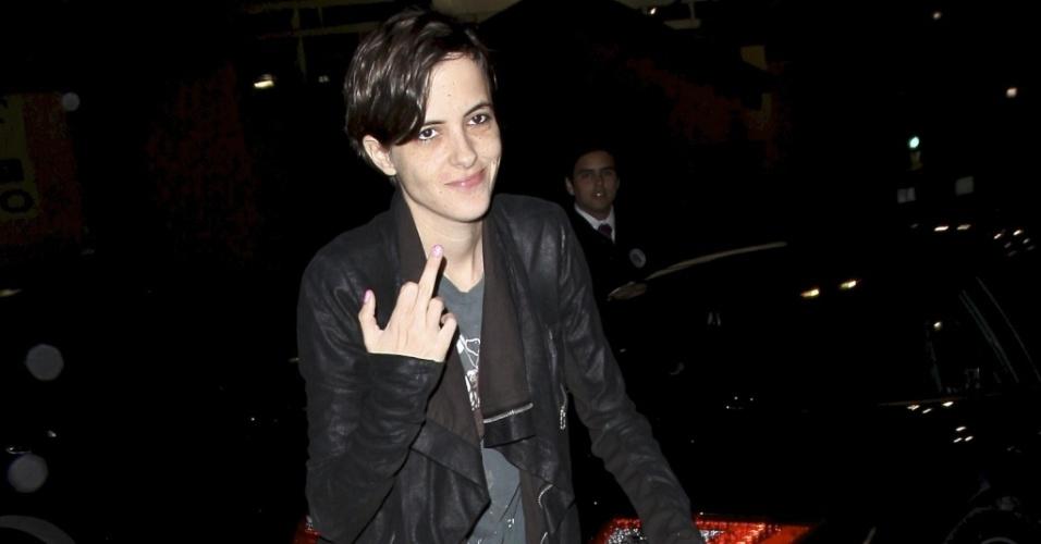 A DJ Samantha Ronson mostra o dedo do meio para os fotógrafos na entrada de restaurante em Hollywood (14/4/2010)