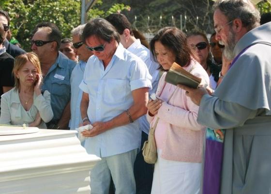 Roberto Carlos,  ladeado pela secretária, Carminha, e pela irmã Norma, chora no enterro da mãe, Lady Laura, no Rio (19/4/10)