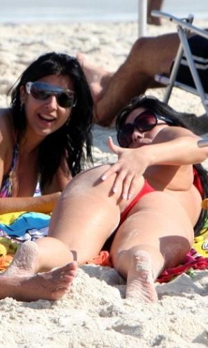 As ex-bbbs Priscila Pires e Anamara vão juntas à praia do Pepê, no Rio de Janeiro (20/4/2010)