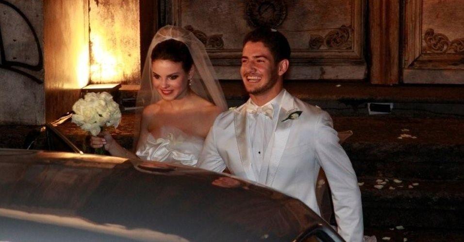 A atriz Sthefany Brito e o jogador Alexandre Pato deixam igreja após a cerimônia de casamento no Rio de Janeiro (7/7/09)